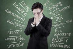Homem de negócios deprimido que obtém a muito problemas Foto de Stock