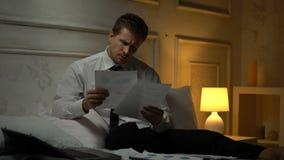 Homem de negócios desapontado sobrecarregado que encontra a falha na dor de cabeça do sofrimento do relatório vídeos de arquivo