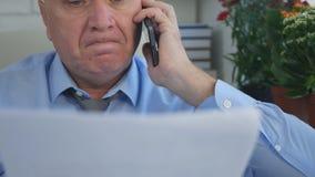 Homem de negócios desapontado Talking ao telefone celular no escritório foto de stock royalty free