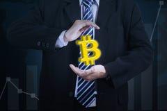 Homem de negócios desconhecido que guarda o símbolo do bitcoin Fotos de Stock Royalty Free
