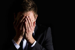 Homem de negócios desesperado que cobre sua face. fotos de stock royalty free