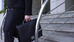 Homem de negócios desesperado que senta-se em escadas do prédio de escritórios, depressão da falência video estoque