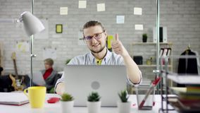 Homem de negócios diligente produtivo que inclina o trabalho de escritório para trás de terminação no portátil, gerente eficaz sa video estoque