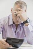 Homem de negócios do contador que tem um esforço Isolado no fundo branco Fotos de Stock Royalty Free