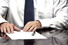 Homem de negócios do homem de negócio na mesa com o contrato que faz a mão Gestu Fotos de Stock