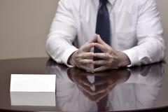 Homem de negócios do homem de negócio na mesa com papéis e cartão que faz Han Fotografia de Stock Royalty Free