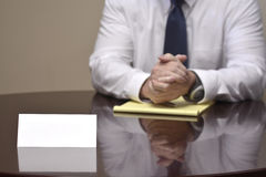 Homem de negócios do homem de negócio na mesa com papéis e cartão que faz Han Foto de Stock Royalty Free