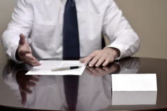 Homem de negócios do homem de negócio na mesa com papéis e cartão que faz Han Imagens de Stock Royalty Free