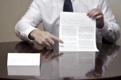 Homem de negócios do homem de negócio na mesa com papéis e cartão que faz Han Fotografia de Stock