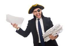Homem de negócios do pirata que mantém o martelo isolado no branco Fotos de Stock