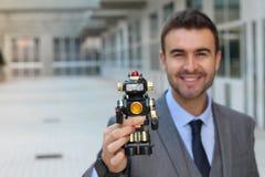 Homem de negócios do smiley que guarda um cyborg imagem de stock