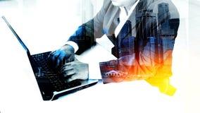 Homem de negócios do sucesso que usa o portátil Imagem de Stock Royalty Free