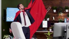 Homem de negócios do super-herói que veste um cabo vermelho vídeos de arquivo