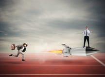 Homem de negócios do vencedor sobre um foguete rápido Conceito da competição do negócio fotos de stock