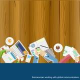 Homem de negócios do vetor que trabalha com comunicações globais Imagens de Stock