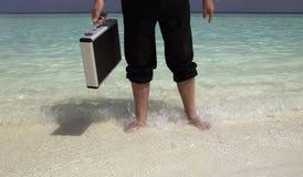 Homem de negócios do Workaholic em férias Imagens de Stock