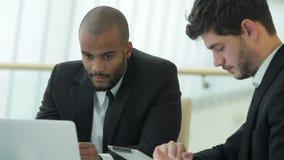 Homem de negócios dois bem sucedido no escritório focalizado vídeos de arquivo