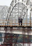 Homem de negócios dois na ponte Imagens de Stock