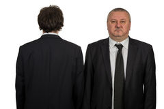 Homem de negócios dois que olha o fundo branco imagem de stock