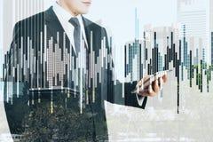 Homem de negócios e carta do mercado de valores de ação Imagem de Stock