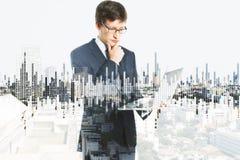 Homem de negócios e carta financeira Foto de Stock Royalty Free