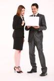 Homem de negócios e mulher de negócios com portátil Fotografia de Stock Royalty Free