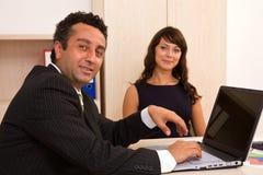 Homem de negócios e mulher de negócios em equipa imagens de stock