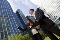 Homem de negócios e mulher de negócios na cidade Imagem de Stock