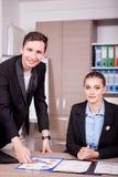 Homem de negócios e mulher de negócios no escritório com cartas na tabela Fotos de Stock