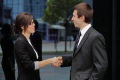 Homem de negócios e mulher de negócios que agitam as mãos Imagem de Stock