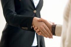 Homem de negócios e mulher de negócios que agitam as mãos, aperto de mão do negócio Imagens de Stock