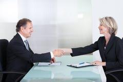 Homem de negócios e mulher de negócios que agitam a mão Foto de Stock