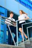 Homem de negócios e mulher de negócios que discutem o original Foto de Stock Royalty Free
