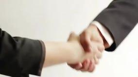 Homem de negócios e mulher de negócios que agitam a mão video estoque