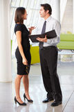 Homem de negócios e mulheres de negócios que têm a reunião no escritório Imagens de Stock Royalty Free