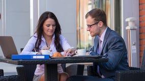 Homem de negócios e mulheres de negócios que têm uma reunião no café. imagens de stock royalty free
