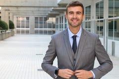 Homem de negócios elegante que ajusta seu terno imagem de stock royalty free