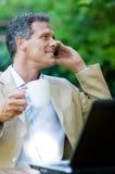 Homem de negócios em ao ar livre móvel fotografia de stock royalty free