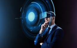 Homem de negócios em auriculares da realidade virtual imagem de stock