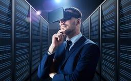Homem de negócios em auriculares da realidade virtual foto de stock royalty free
