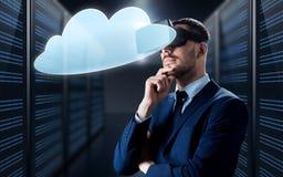 Homem de negócios em auriculares da realidade virtual com nuvem Imagem de Stock