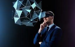 Homem de negócios em auriculares da realidade virtual sobre o preto fotos de stock