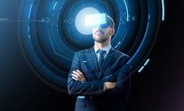 Homem de negócios em auriculares da realidade virtual sobre o preto imagens de stock royalty free