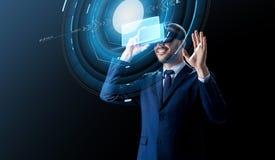 Homem de negócios em auriculares da realidade virtual sobre o preto imagem de stock royalty free