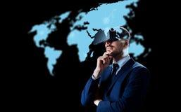 Homem de negócios em auriculares da realidade virtual sobre o preto fotografia de stock royalty free