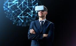 Homem de negócios em auriculares da realidade virtual sobre o preto foto de stock royalty free