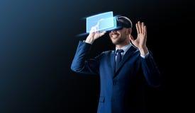 Homem de negócios em auriculares da realidade virtual sobre o preto imagens de stock