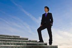 Homem de negócios em escadas Fotos de Stock