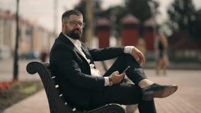 Homem de negócios em ruas do distrito e do telefone celular da utilização video estoque