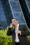 Homem de negócios em seu telefone de pilha em uma cidade moderna Fotografia de Stock Royalty Free